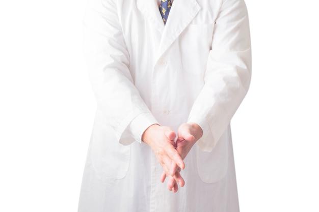 Ritratto ravvicinato di lavarsi le mani in bagno per prevenire la trasmissione del virus