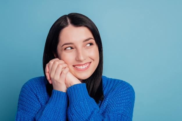Ritratto ravvicinato di una giovane donna casual ritratto in vista positiva grande sorriso bello isolato su sfondo di colore blu