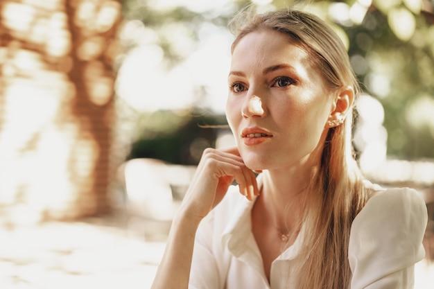 Ritratto ravvicinato di una giovane donna d'affari all'aperto