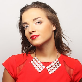 Close up ritratto giovane donna felice in abito rosso