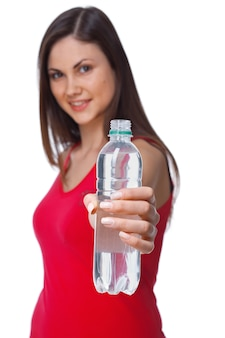 Un ritratto da vicino di una bottiglia d'acqua di una giovane donna