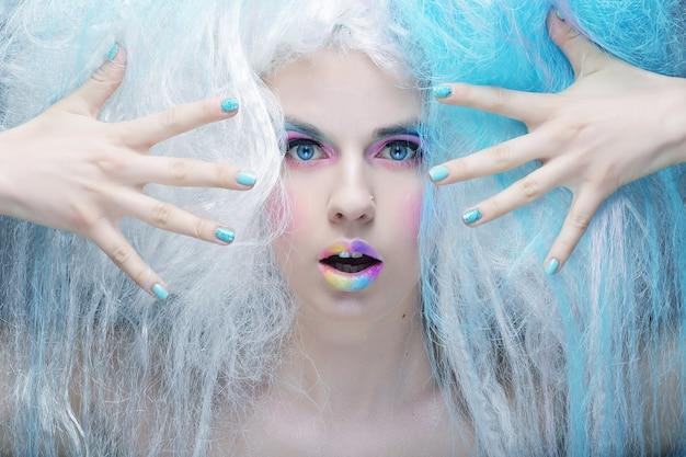 Close up ritratto giovane donna con trucco luminoso e capelli creativi