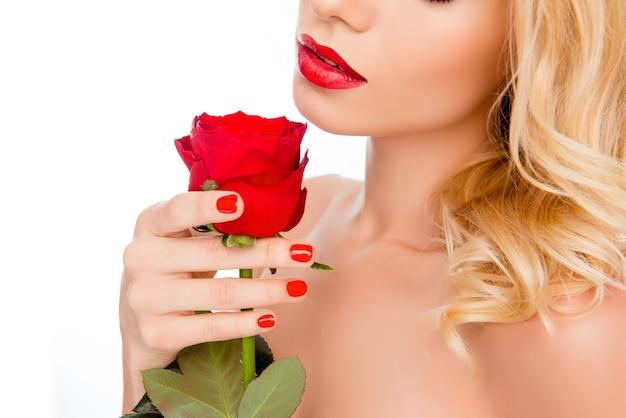 Close up ritratto di giovane donna con labbra rosse holding rose