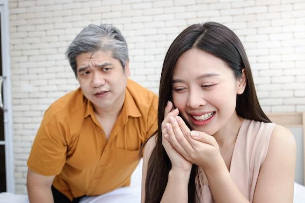 Ritratti ravvicinati, giovani donne che parlano segretamente al telefono con altri uomini