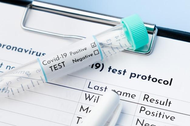 Chiudere la provetta covid-19 positiva e il protocollo del test medico.