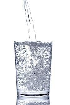Chiudi l'acqua della bevanda fresca purificata versando dalla bottiglia in un bicchiere