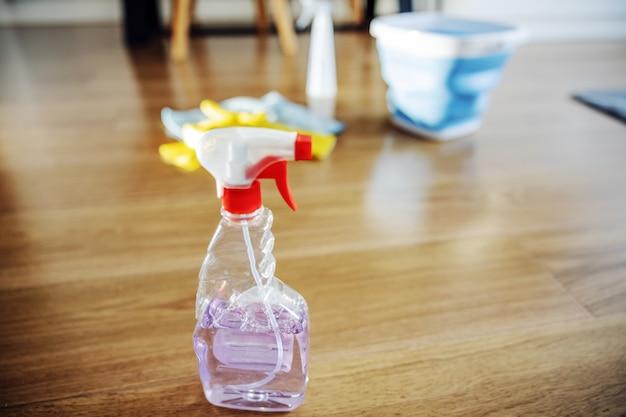Primo piano di un potente detergente in spruzzatore.