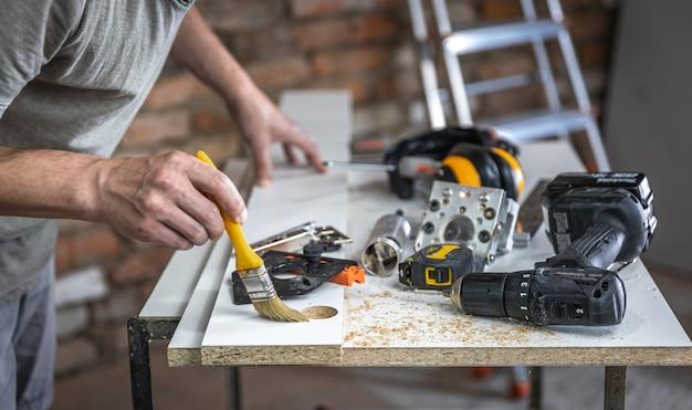 Primo piano del dispositivo di perforazione di precisione e di altri strumenti da falegname.