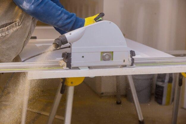 Close up processo di taglio della sega circolare a mano ai tagli della porta di legno