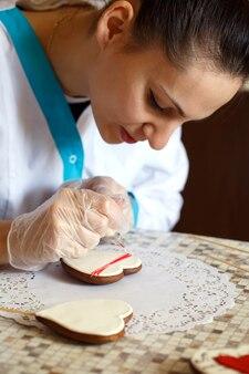 Primo piano del processo di biscotti allo zenzero