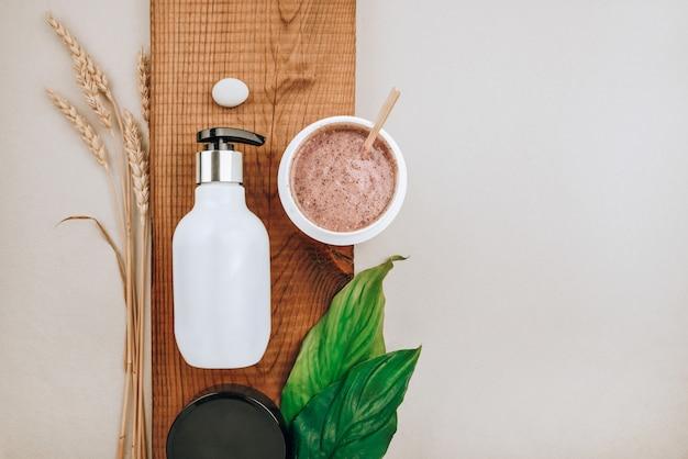 Prodotti in primo piano di prodotti per la cura dei capelli e del cuoio capelluto. piatto lay, minimalismo concetto di cura naturale dei capelli