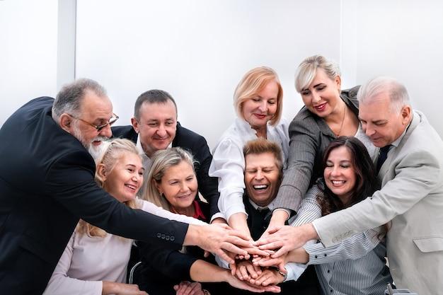Avvicinamento. squadra professionale di affari che mostra la loro unità. il concetto di lavoro di squadra