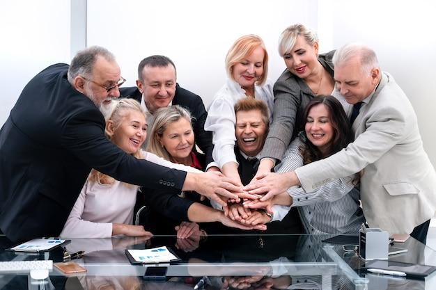 Avvicinamento. squadra professionale di affari che mostra la loro unità.