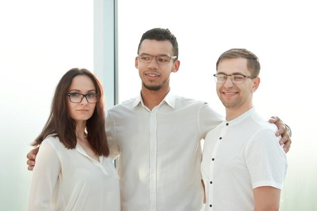 Close up.professional business team in piedi in un luminoso office.the concetto di lavoro di squadra