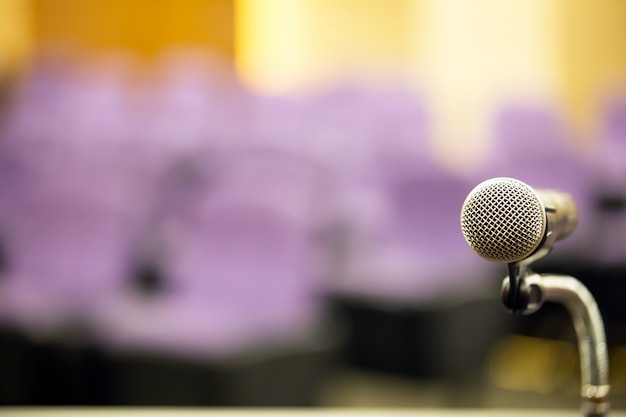 Microfono per riunioni professionali da primo piano sul podio.