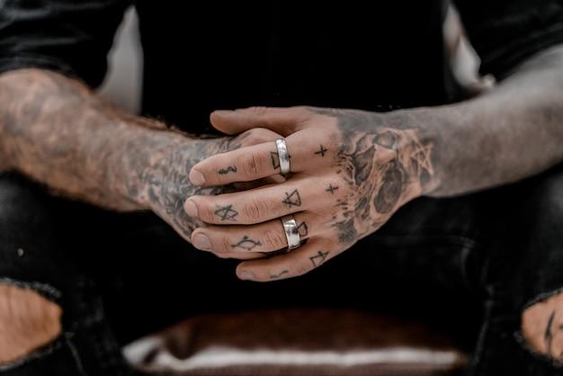 Chiuda in su dell'artista tatuatore professionista. arte del tatuaggio sul corpo. attrezzatura per fare arte del tatuaggio. il maestro fa tatuare in studio.