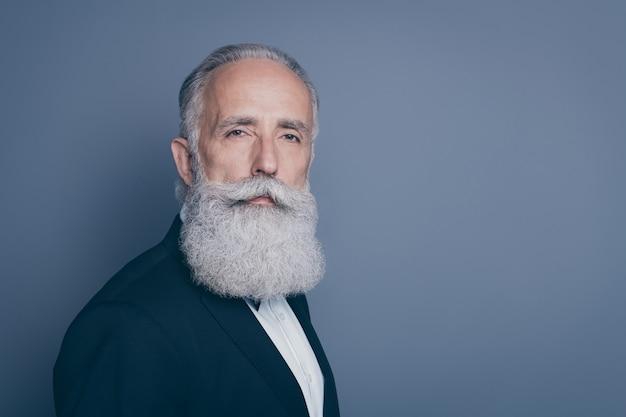 Close-up profilo vista laterale ritratto del suo lui bello contenuto attraente orgoglioso ben curato uomo dai capelli grigi macho modello isolato su grigio viola viola pastello colore di sfondo