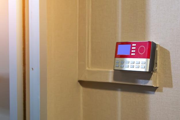 Primo piano del lettore di carte di prossimità per utilizzare la carta d'identità per sbloccare la porta.