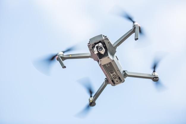 Drone quadricottero ravvicinato con fotocamera che vola nel parco.
