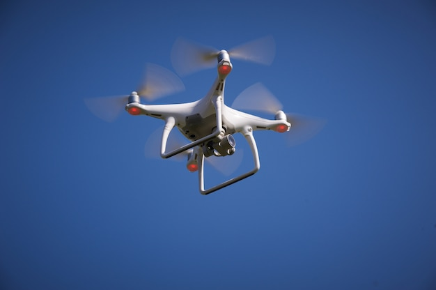 Chiuda in su di quadrocopter all'aperto.