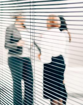 Chiudere i dipendenti qualificati che discutono di documenti aziendali