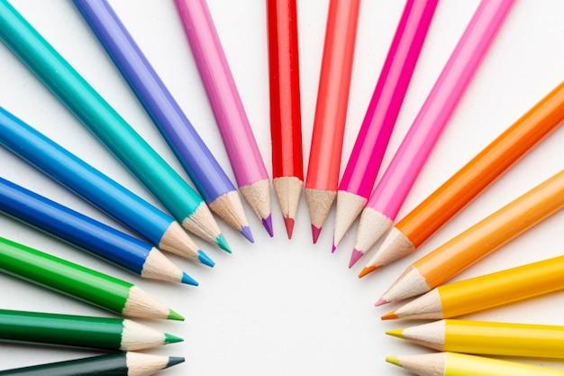 Matite di colori dell'arcobaleno del primo piano
