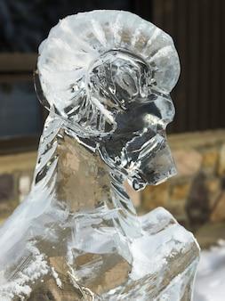 Primo piano della scultura di ghiaccio della capra della ram, lake louise, alberta, canada