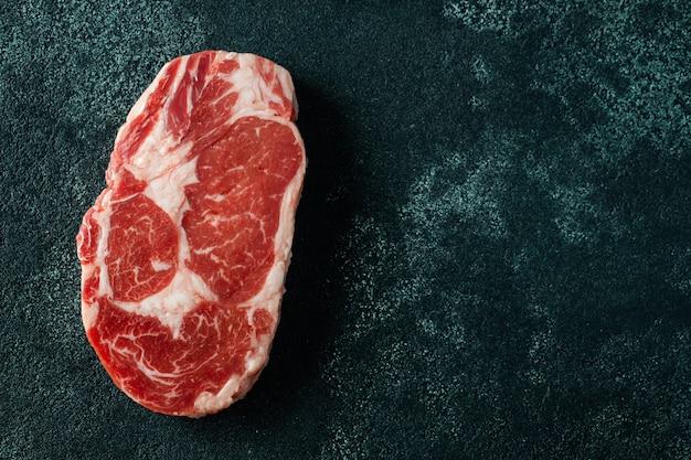 Primo piano della bistecca di ribeye della carne cruda
