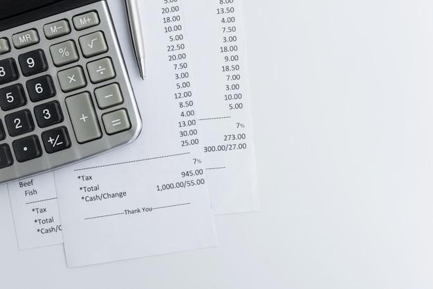 Primo piano di carta per ricevute. lista della spesa