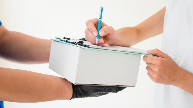 Ricevitore del primo piano che firma sulla carta