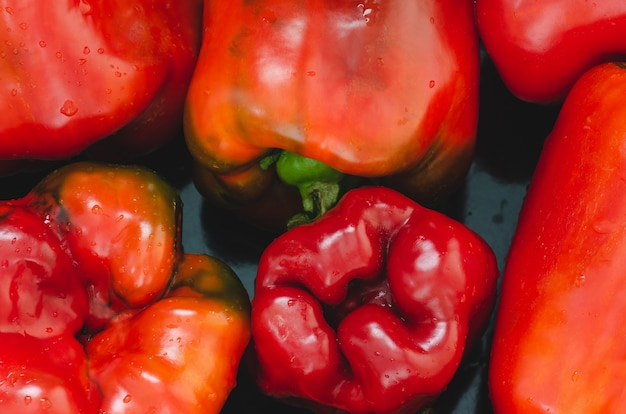 Priorità bassa dei peperoni dolci rossi del primo piano con lo spazio della copia. peperoni rossi maturi in cucina. paprika che riempie l'intera foto.