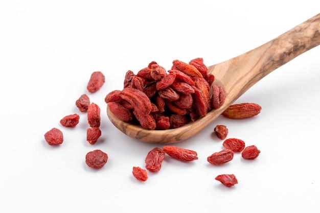 Close-up di crespini secchi rossi su uno sfondo luminoso