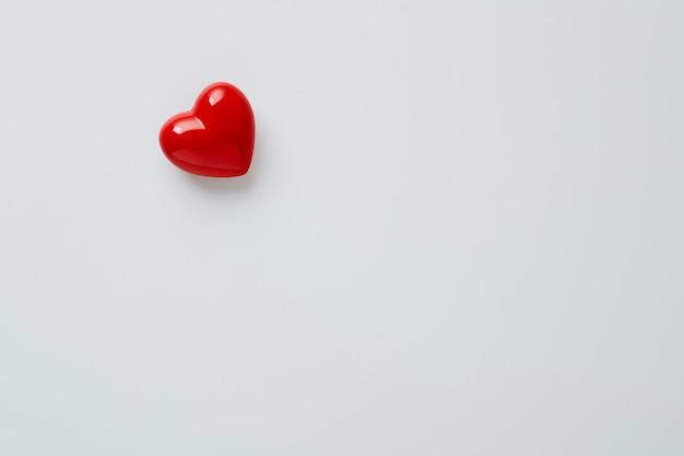 Close up rosso a forma di cuore simbolo su sfondo bianco copia spazio per il testo