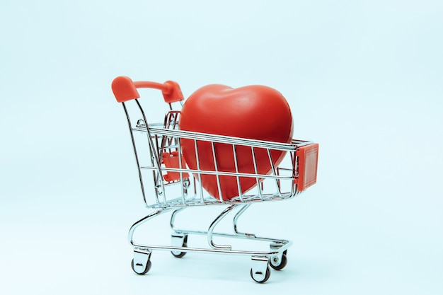 Primo piano cuore rosso nel carrello della spesa