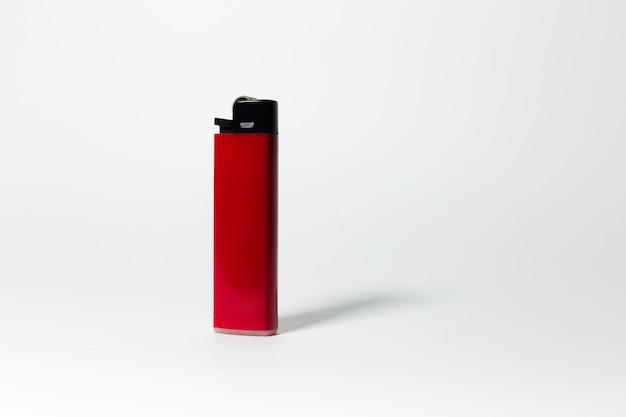 Close-up di accendino rosso su bianco