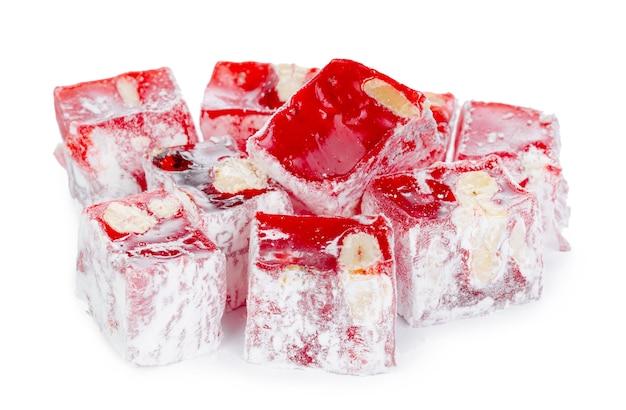 Primo piano di rosso delizia turca dolci isolati su bianco
