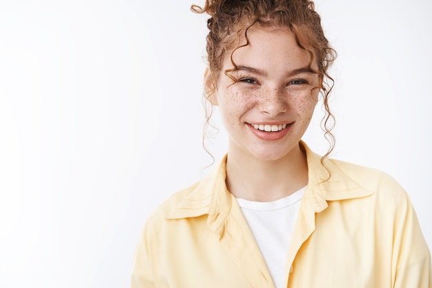 Close-up rossa piuttosto amichevole in uscita lentiggini ragazza sorridente ampiamente ridendo spensierata divertendosi atteggiamento positivo, bella conversazione chiacchiere amici campus in piedi sfondo bianco