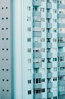 Un primo piano di un edificio ripetitivo sui toni del blu con lo spazio della copia e l'ambiente cinematografico