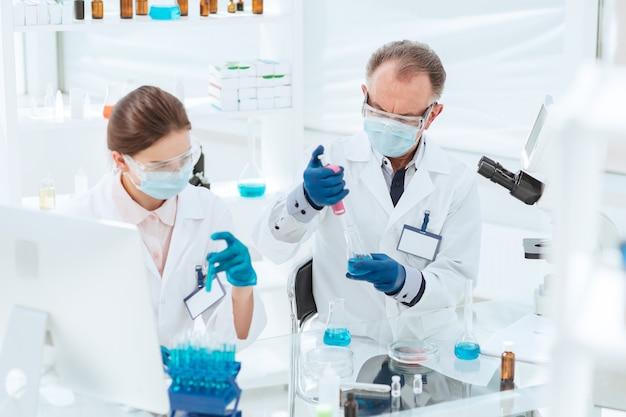Avvicinamento. i ricercatori lavorano con i test in laboratorio. scienza e salute.