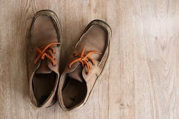 Close up retrò vecchio vintage scarpa in pelle messa sul tavolo in legno