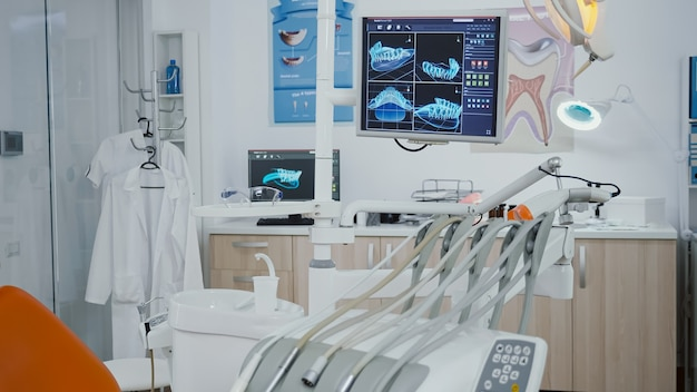Primo piano rivelatore di un display medico ortodontico con immagini a raggi x dei denti