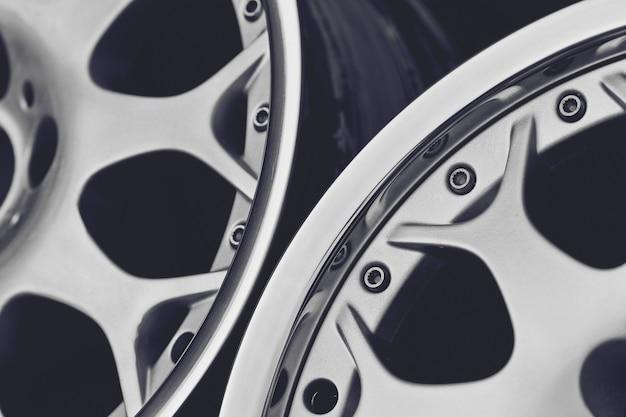 Primo piano di cerchi in lega per auto. ruote sportive.