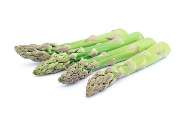 Primo piano su asparagi maturi isolati