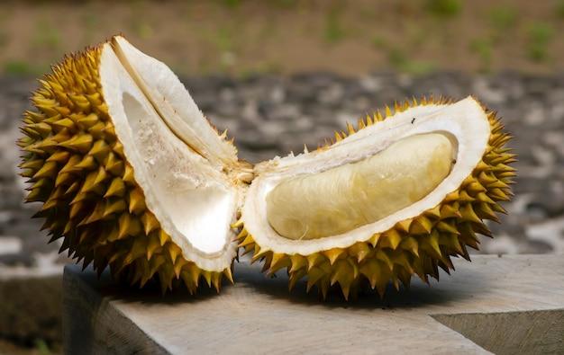 Primo piano di un frutto durian maturo (durio zibethinus)