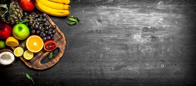 Primo piano sulla varietà matura di frutta fresca