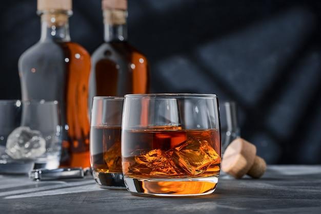 Close up round bicchieri di whisky con ghiaccio sul tavolo