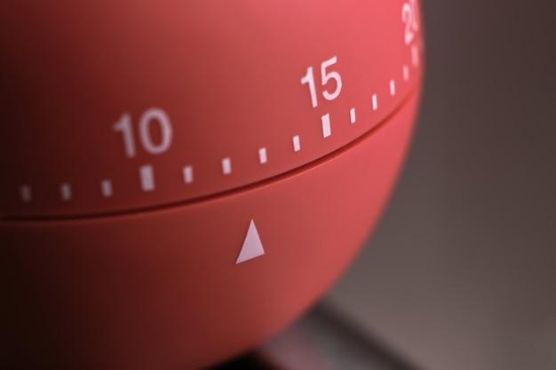 Primo piano di un timer da cucina rotondo