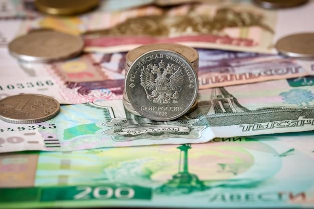 Primo piano di rubli russi. banconote e monete russe.