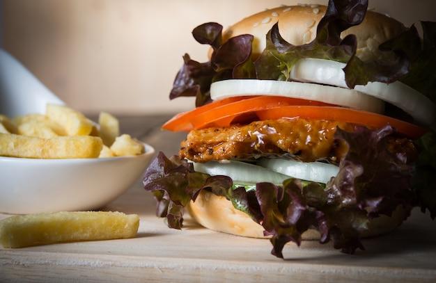 Primo piano di hamburger casalingo rustico e patatine fritte.
