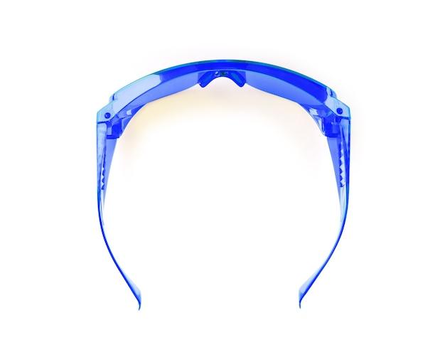 Primo piano di occhiali di sicurezza su sfondo bianco